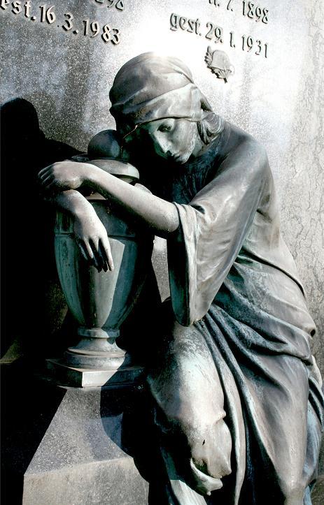 Trauer in Stein