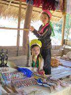 Traurige Langhalsmädchen vom Stamm der Padaung