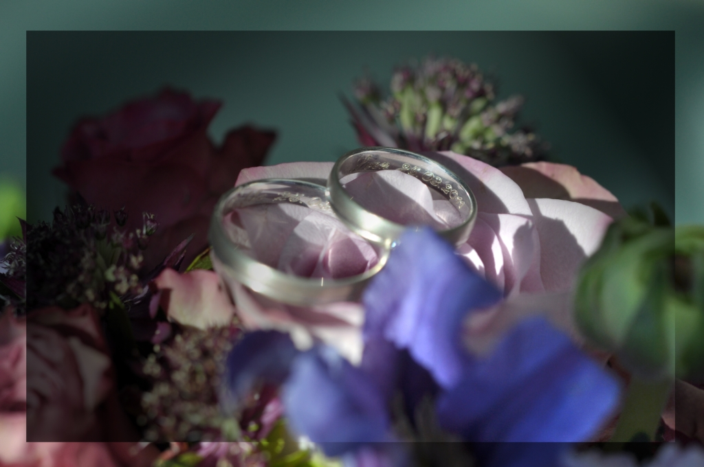 Trauringe auf Brautstrauß