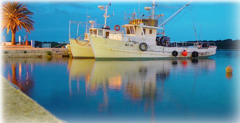 Trawler vor der Ausfahrt