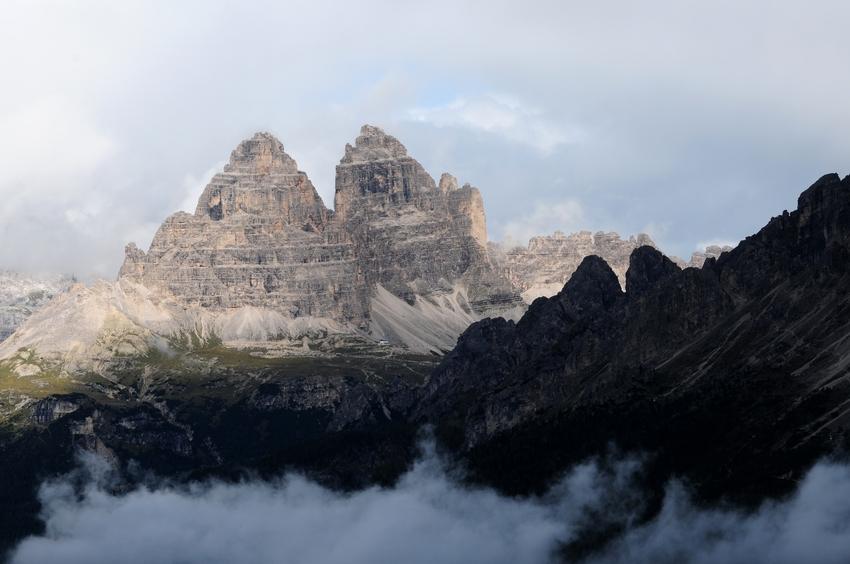 Tre Cime de Lavaredo mit Auronzo-Hütte von Süden (Dolomiten, Italien)