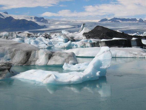 Treibende Eisberge im Jökulsárlón