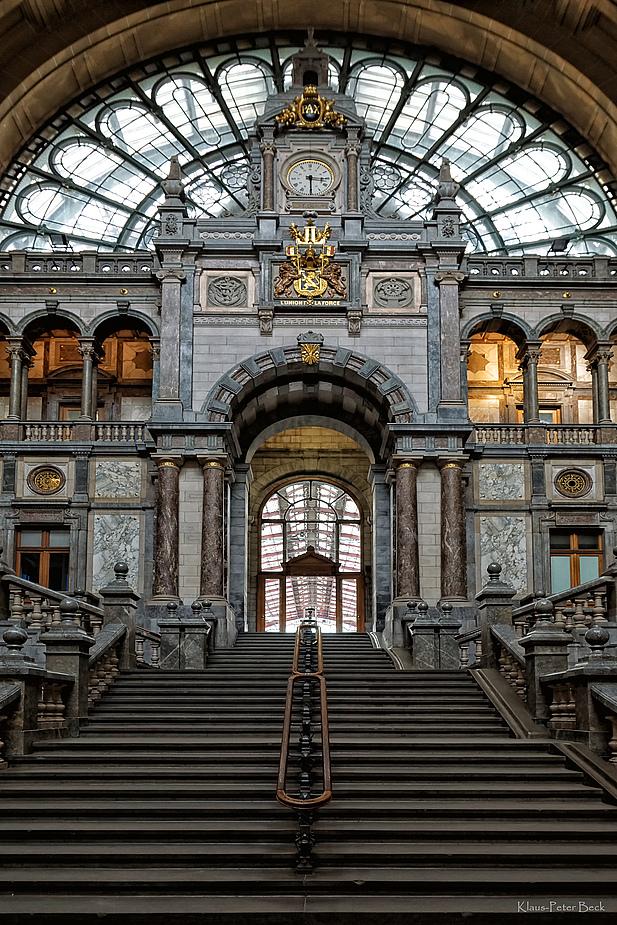 Treppe zu den Bahnsteigen