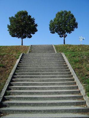 Treppen, Zwei Bäume und ein Windrädchen