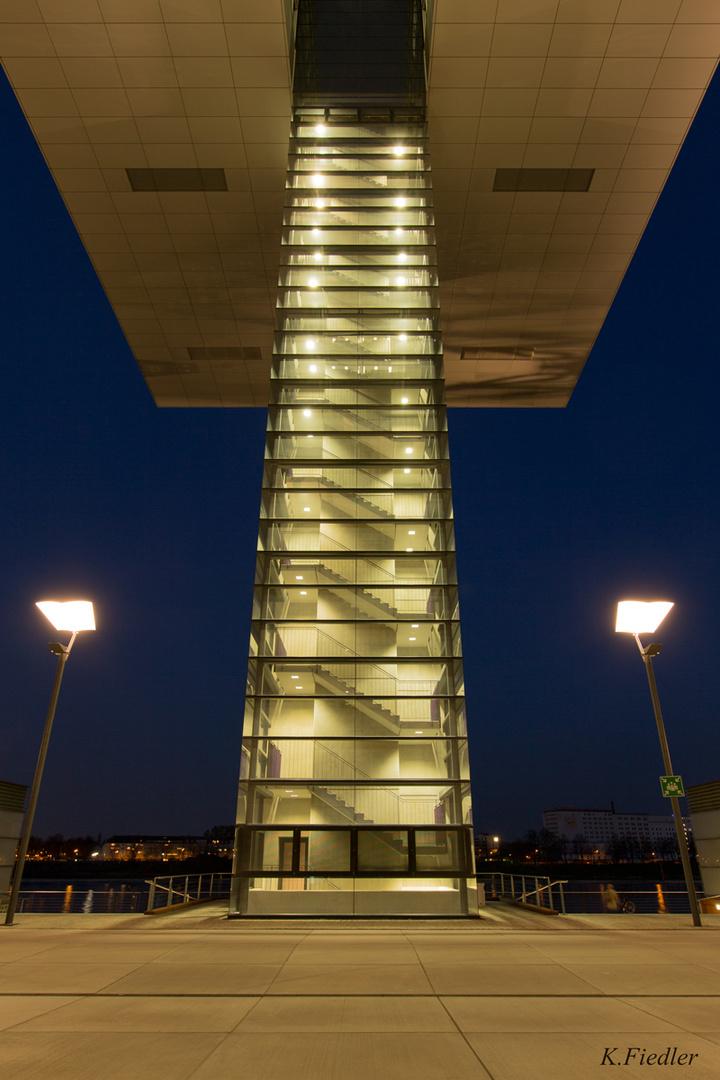 Treppenhaus eines Kranhauses in Köln zur blauen Stunde