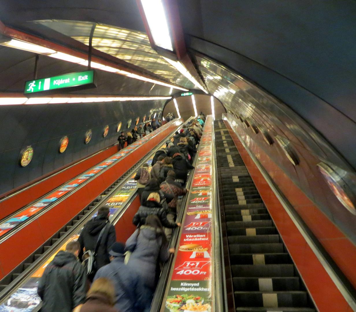 Treppenlift zu den U-Bahnen Budapests ...
