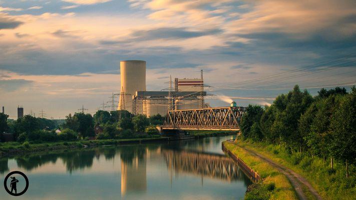 TRIANLE Kraftwerk in Lünen mit Wasserspiegelung