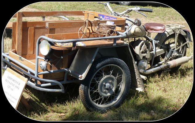 Triporteur Peugeot de 1954 à la Foire de Caminel