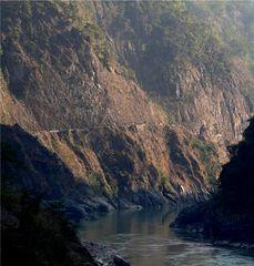 Trisuli untere Schlucht, Nepals Hauptverkehrsader Bumpy Road Kathmandu Indien
