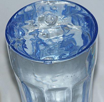 Tröpfchen im blauen Glas
