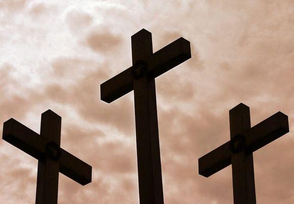 Trois croix sont dréssées.....