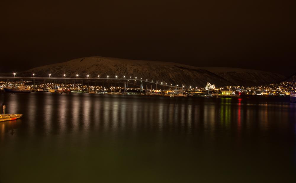 Tromsø und die Eismeerkathedrale bei Nacht