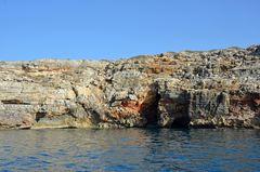 Tropfsteinhöhlen an der Felsküste bei Skaleta