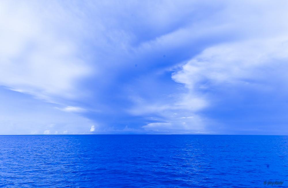 Tropischer Regen über dem Meer