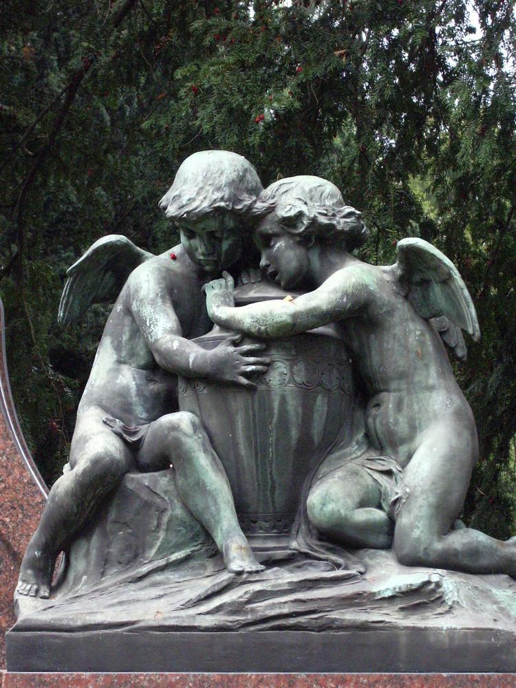 trost suchende engel auf den ostfriedhof