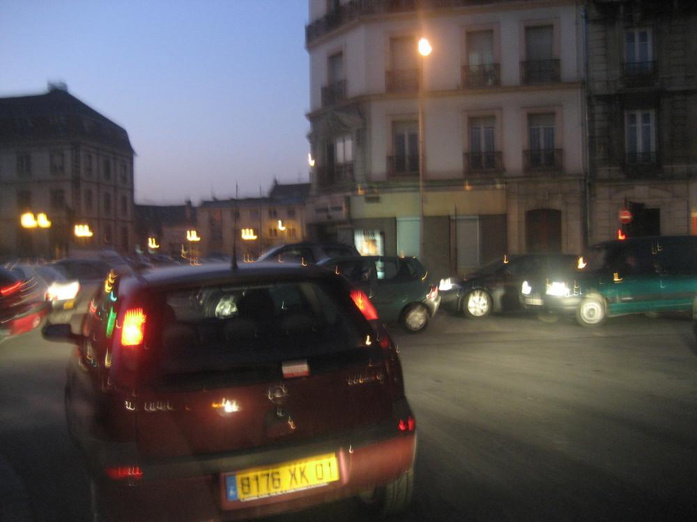 Troyes, rond-point du 1er RAM, soir.