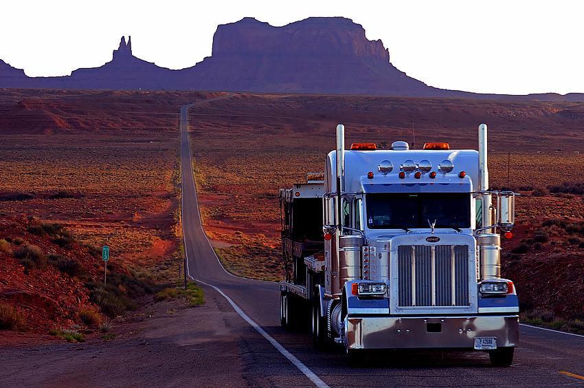 Truck vor dem Monument Valley