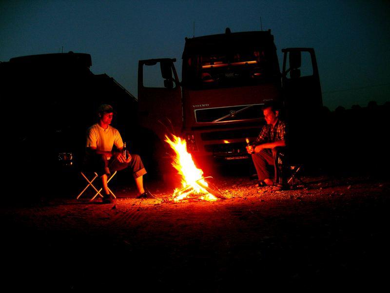 Truckerromantik beim Lagerfeuer