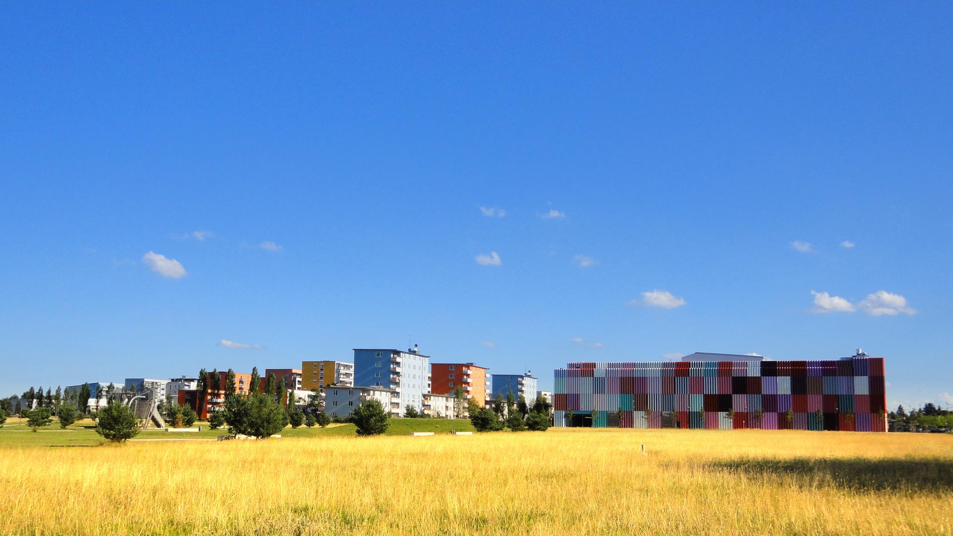 Trüber Stadtrand -- farbenprächtige Gebäude