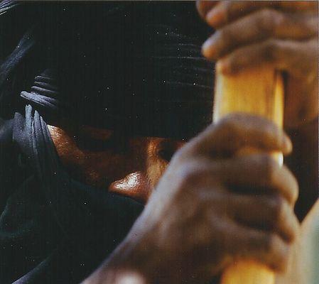 Tuareg beim Maisstampfen