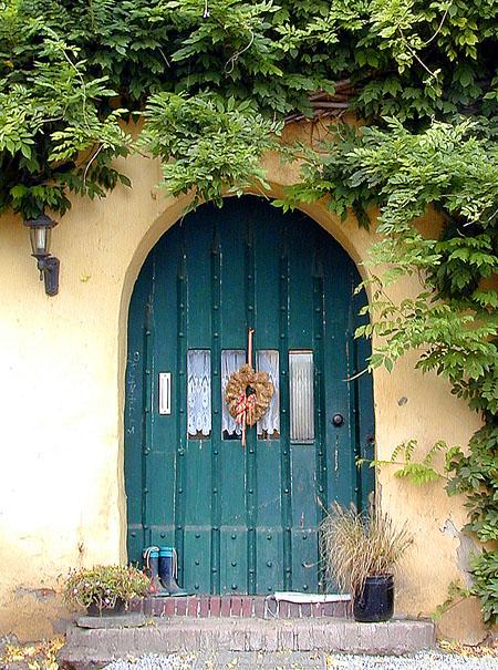 Tür mit Kranz - farbig