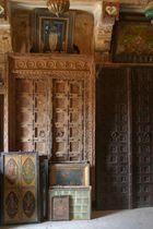 Türen und Bilder in einem Haveli in Jaisalmer