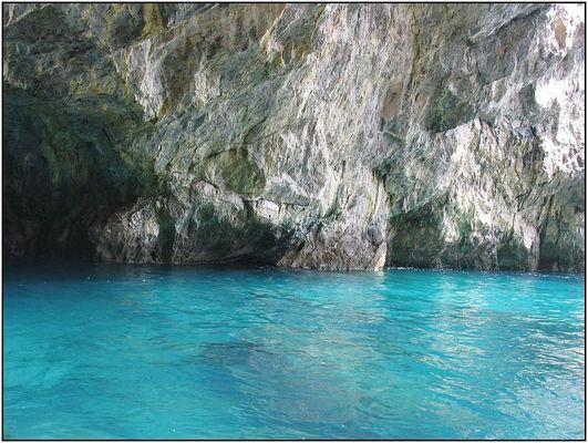 Türkis-blaues Meer vor den Felsen von Capri