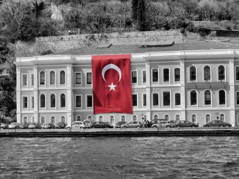 Türkische Flagge am Bosporus