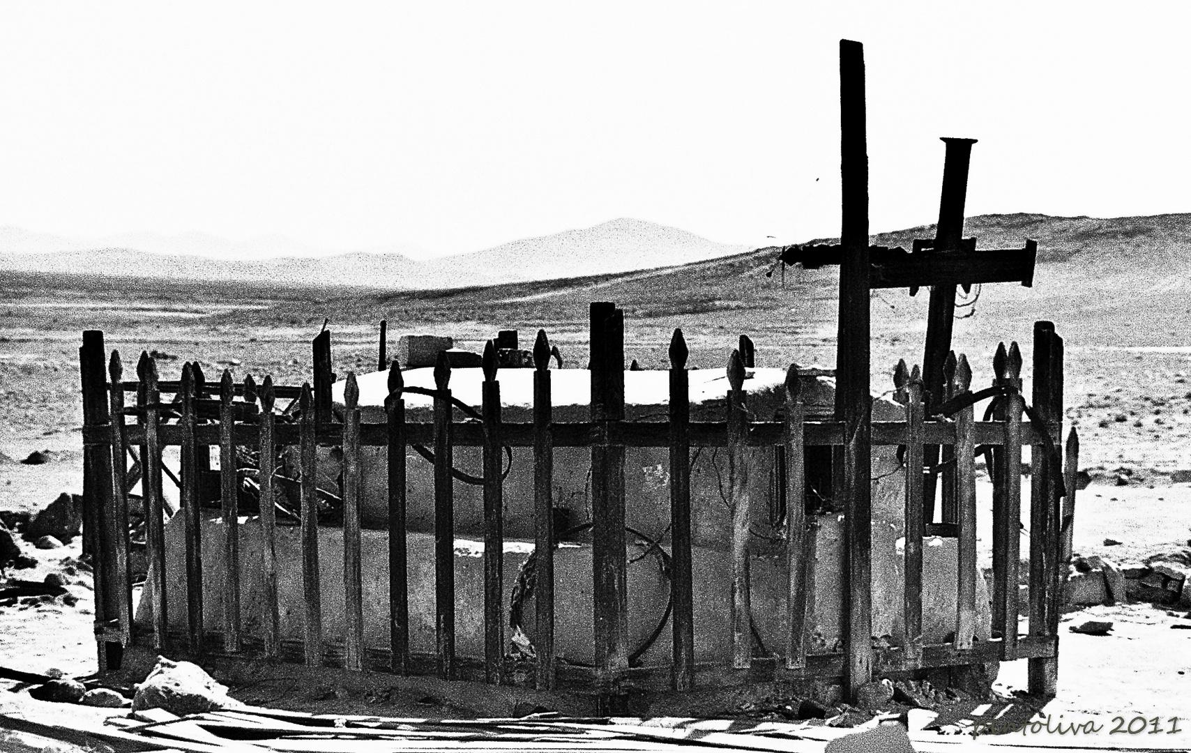 Tumba en medio del desierto