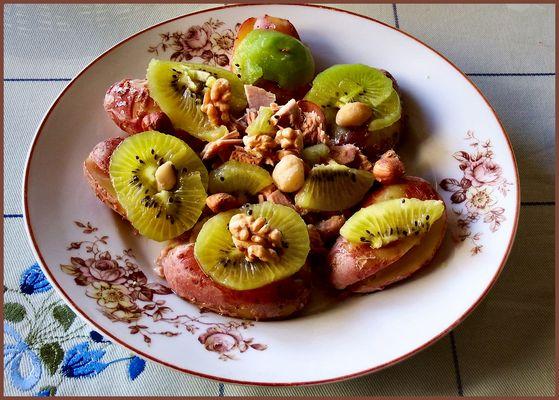 Tuna con patate e frutti.