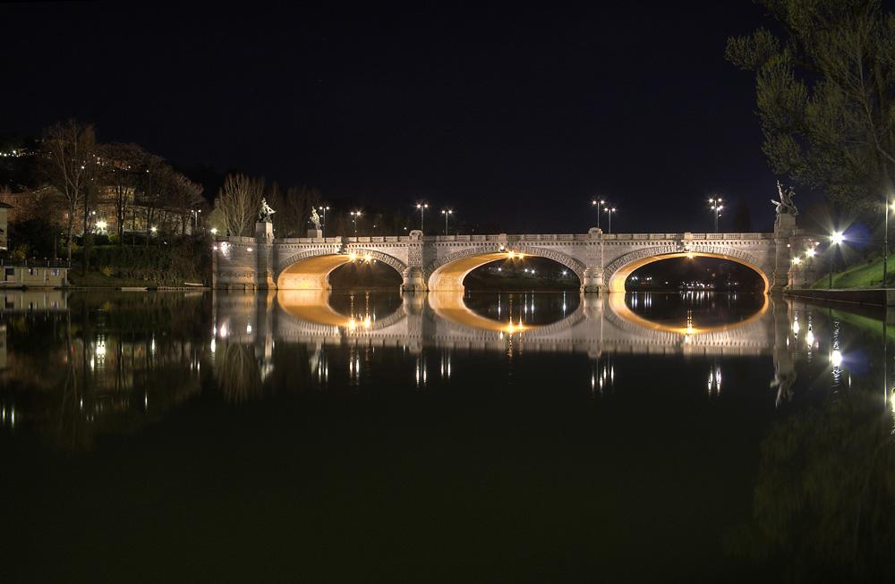 Turin - Brücke über den Po bei Nacht