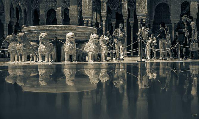 Turistas en el Patio de los Leones  ( Para Ana Iglesias)