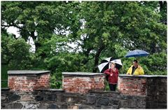 Turisti sotto pioggia