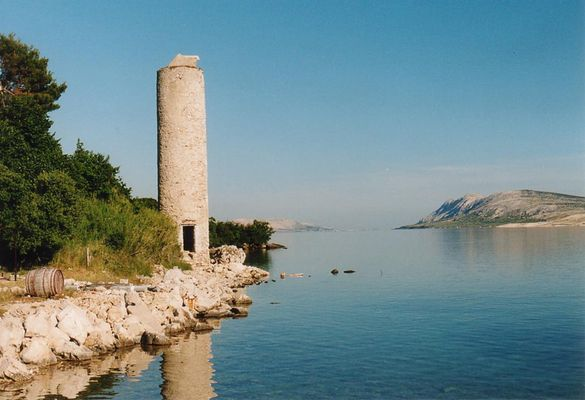 Turm auf einer Insel am Meer