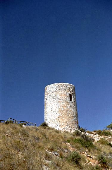 Turm auf einer Klippe in Andalusien