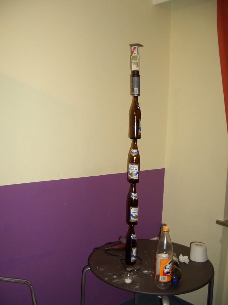 Turm aus Bierflaschen, Deospray usw.