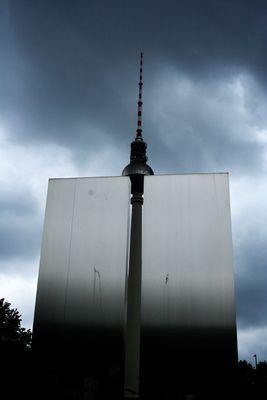 Turm hinter einer Wand