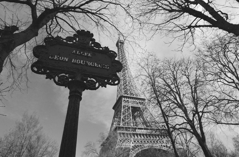 *Turm hinter Straßenschild*