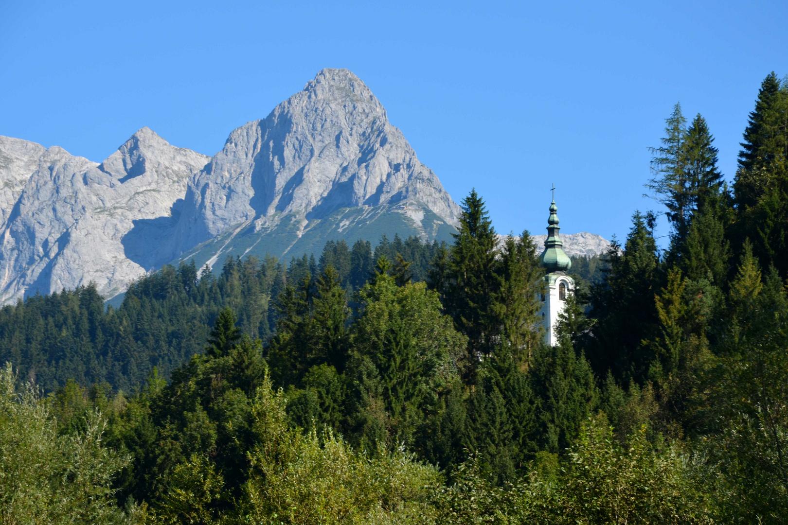 Turmspitze von St. Rupert - Bischofshofen dahinter das Tennengebirge