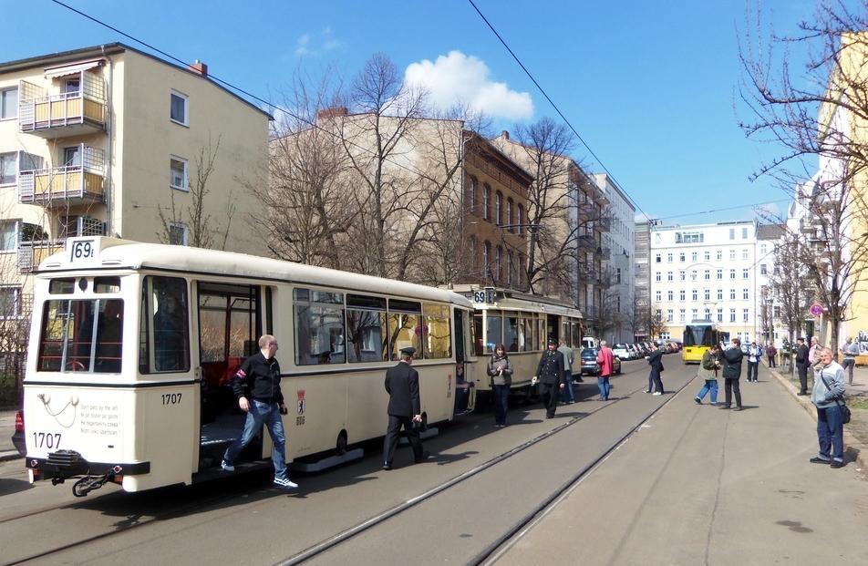 Tw 3802 mit Bw 1707 in der Plugstraße in Berlin - Mitte
