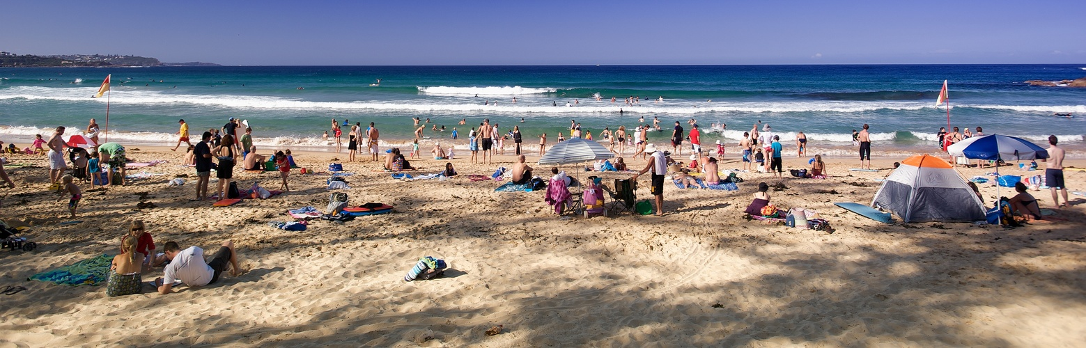 Typical Sydneysider Beachlife between the flags