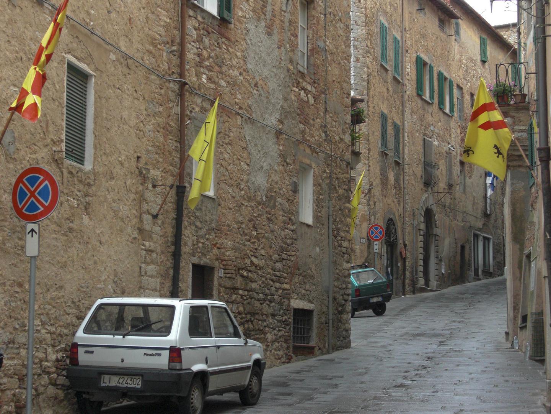 Typische Gasse in Castagneto Carduzzi