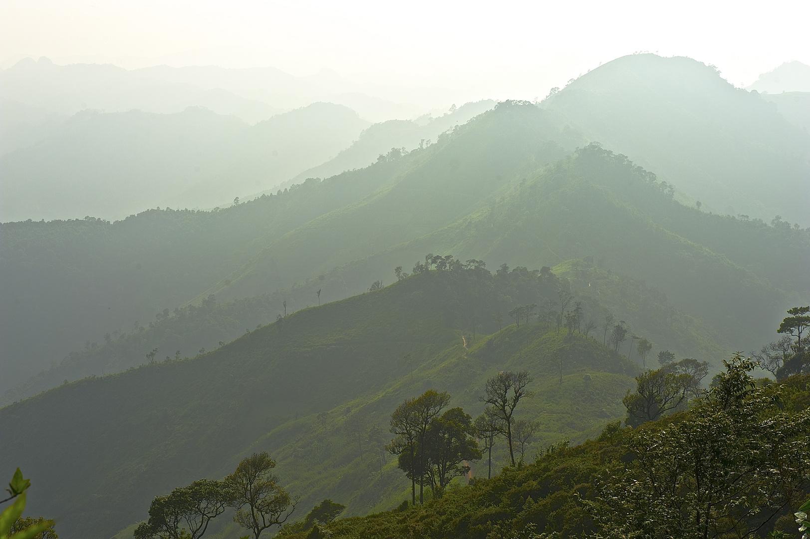 Typische Stimmung in den Bergen zwischen VangVieng und Phou Khoun