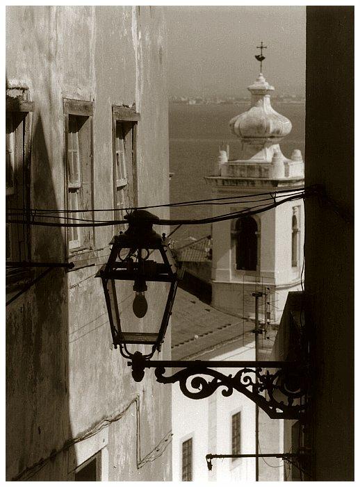 Typische Straßenlaterne in Lissabon