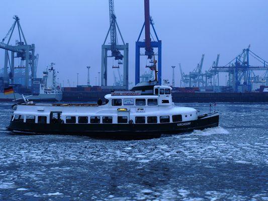 """Typschiff """"Kirchdorf"""" der HADAG auf der Elbe im Eisgang( -15 °C)"""