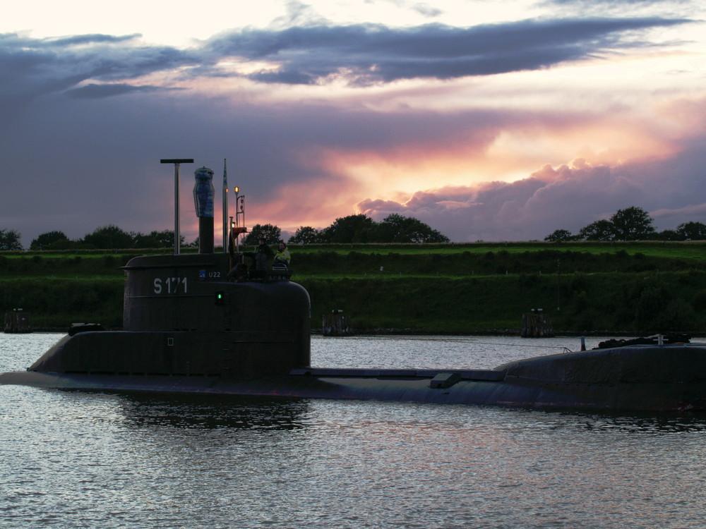 U 22 U-Boot der Bundesmarine in der Abenddämmerung auf dem Nord-Ostsee-Kanal