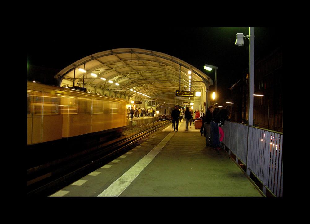 U1 - Richtung Uhlandstraße hält in 9 Minuten ..