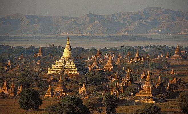 Über Bagan schwebend