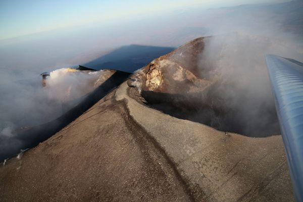 Über dem Krater des Ätna