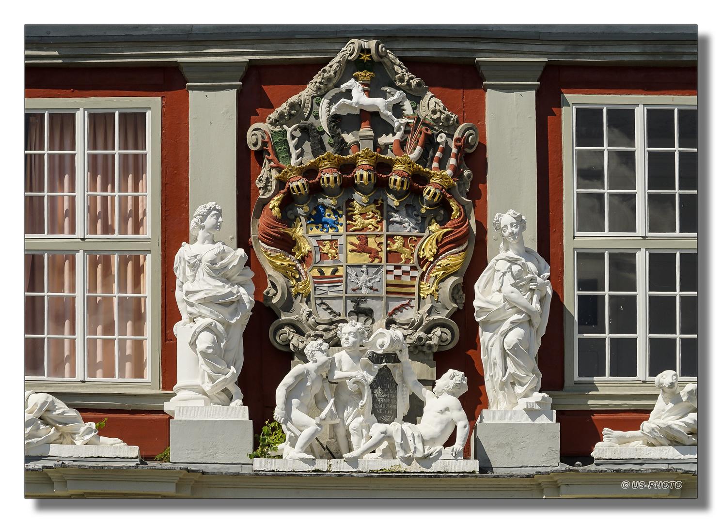 Über dem Schloss Eingangsportal